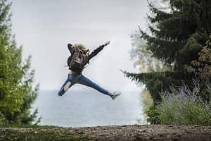 oseba skace v zrak - osebna rast
